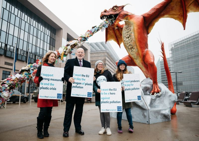 Frans Timmermans (2nd left) with Rethink Plastic activists