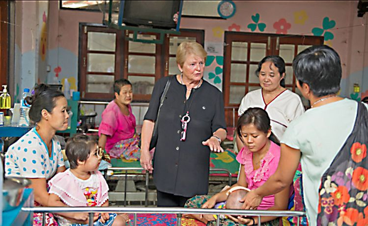 Gro Harlem Brundtland speaking to patients, Thailand 2014