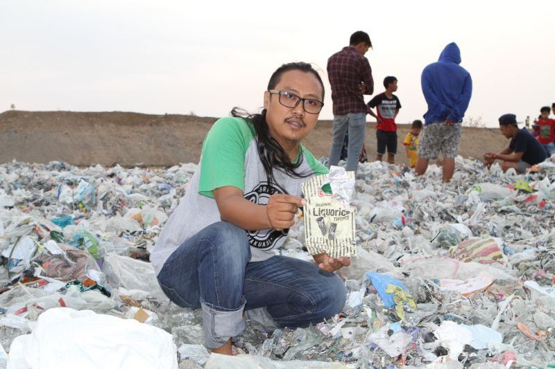 Prigi Arisandi holds up plastic waste found in Surabaya