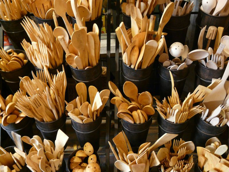 Wooden cutlery in pint-size pots