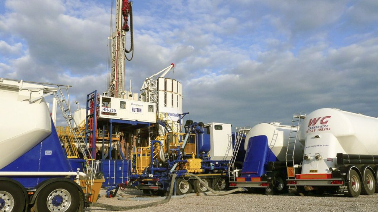 Cuadrilla drilling rig and tanker lorries near Banks on the outskirts of Southport, Lancashire, UK.