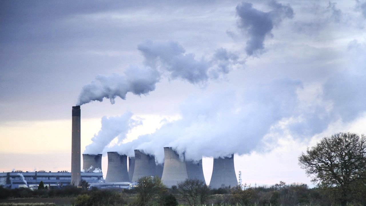 Smoke bellows out of Drax coal-fired power station, Drax, Selby, North Yorkshire, UK