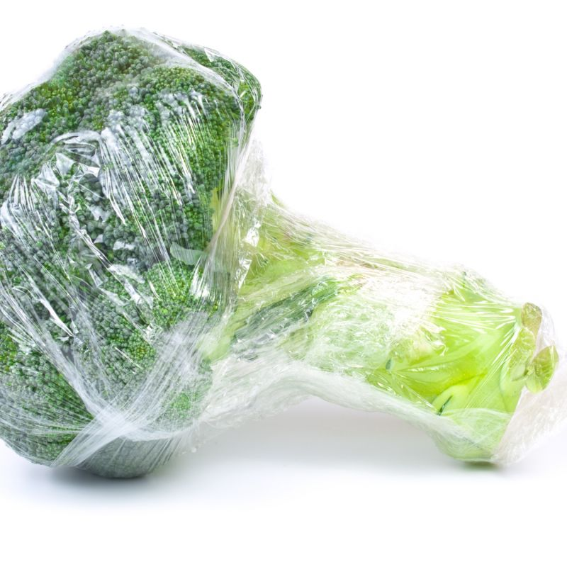 Alternatives to plastic: an organic broccoli wrapped in plastic – is this necessary?