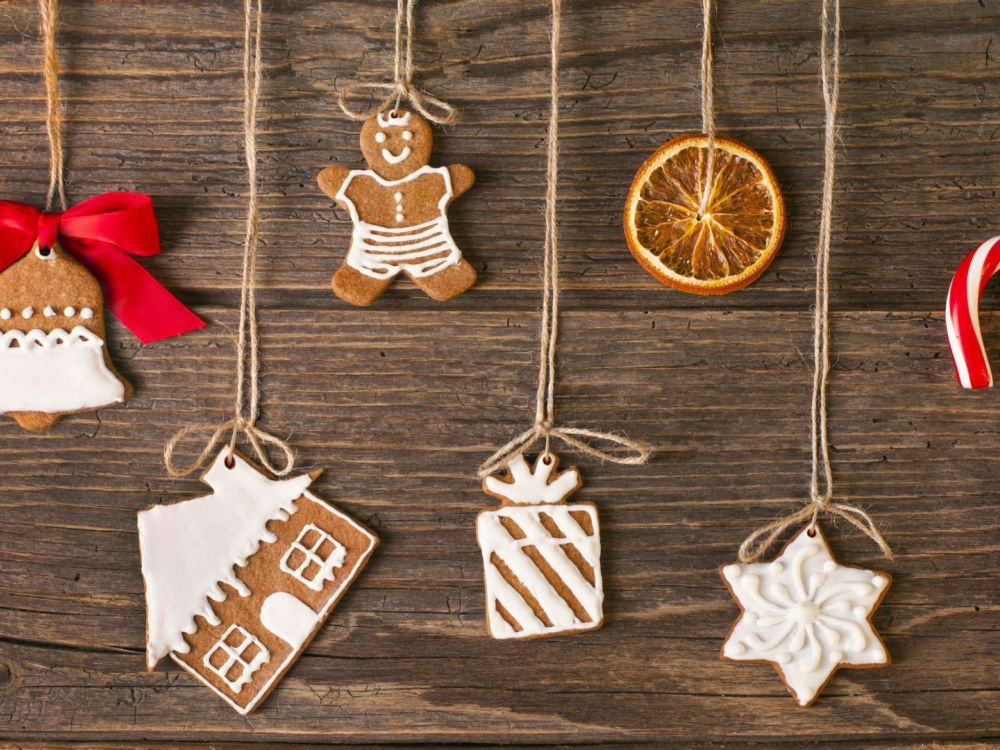 Christmas plastic free: gingerbread cookies on a wood background, ready to hang on a Christmas tree